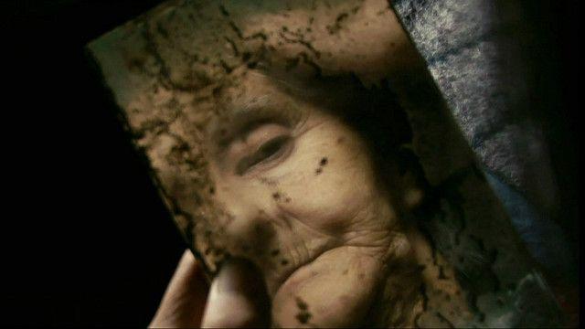 Anciana mirándose en un espejo