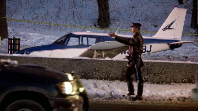 avião pousa em estrada | BBC