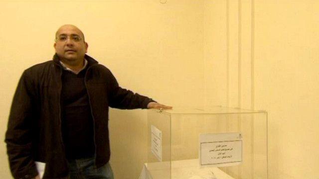 مصري يدلي بصوته في السفارة المصرية في لندن