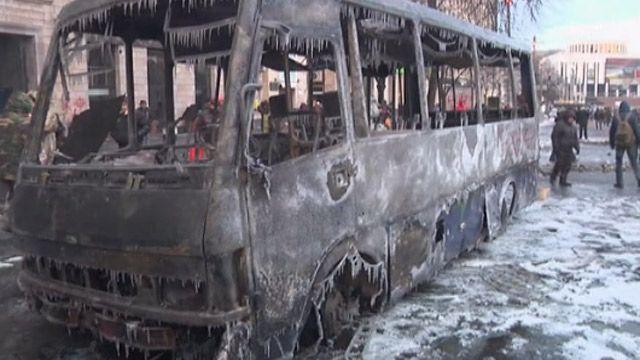Сгоревший милицейский автобус в центре Киева