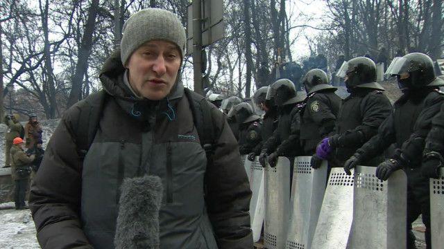 Олег Болдырев около полицейских заграждений в Киеве