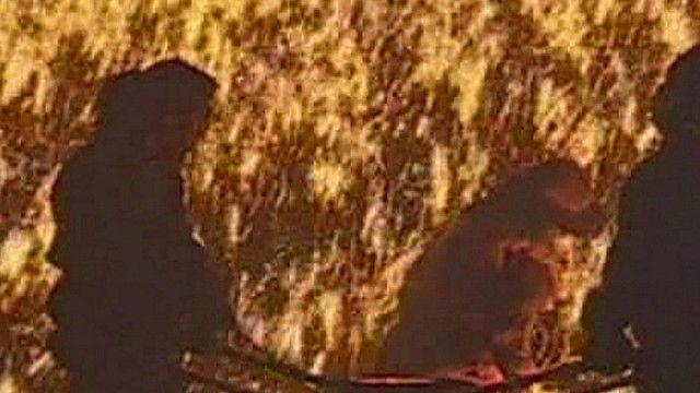 Artistas participam de ritual chinês com ferro fundido arremessado contra uma parede gelada (BBC)