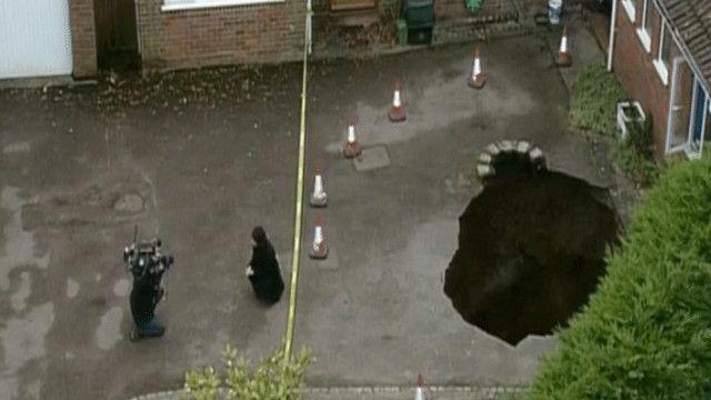 الحفرة بلغ عمقها أربعة أمتار