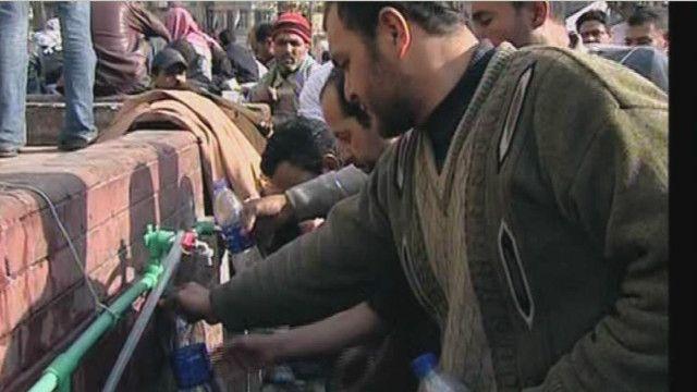 السباكون زودوا ميدان التحرير بالماء