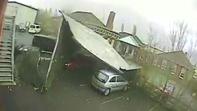 Ventos fortes arrancam telhado de ginásio no interior da Inglaterra | Crédito: BBC