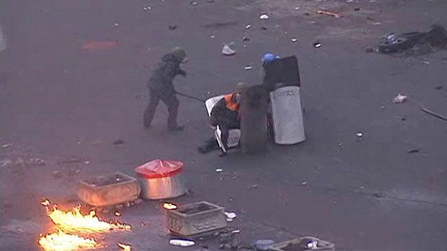 Manifestantes avançavam pelo centro de Kiev com escudos improvisados (BBC)