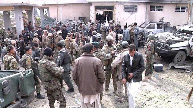 تجمع لقوى الأمن الافغاني في مكان التفجيرات