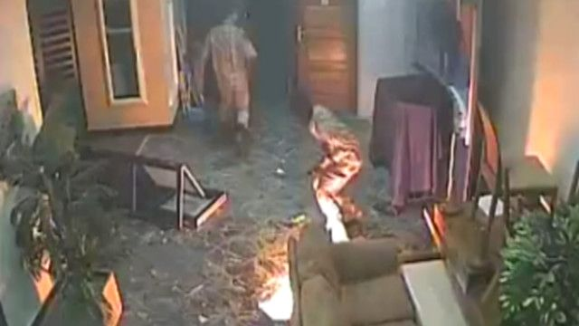 لحظة حرق تلفزيون العاصمة في طرابلس