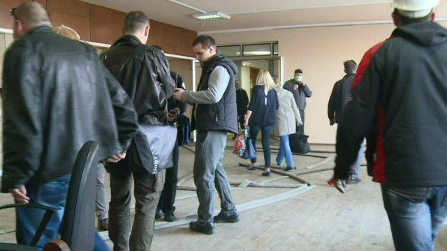 Люди в здании обладминистрации Донецка