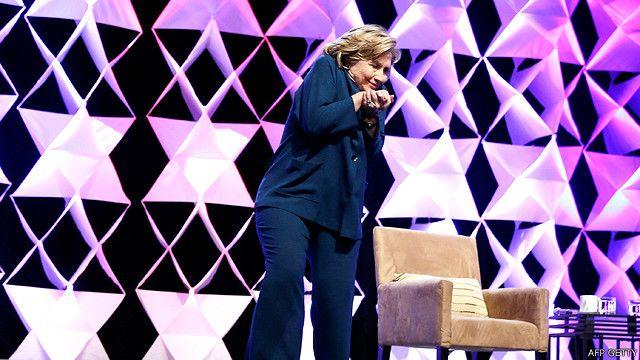 Hillary Clinton se agacha luego de que le lanzaran un zapato en Las Vegas