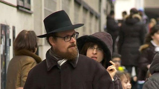 Pesquisas sugerem que muitos judeus temem usar roupas que os identifiquem (BBC)