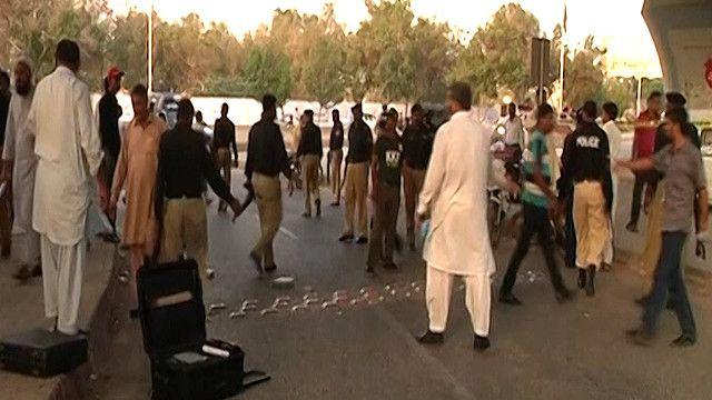 الرطة الباكستانية في موقع اطلاق النار على الإعلامي البارز