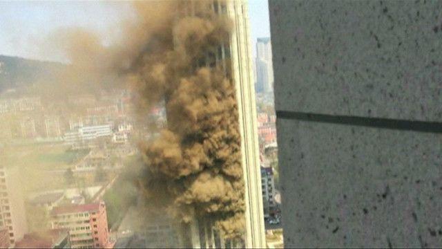 Incêndio em arranha-céu chinês   Crédito: BBC