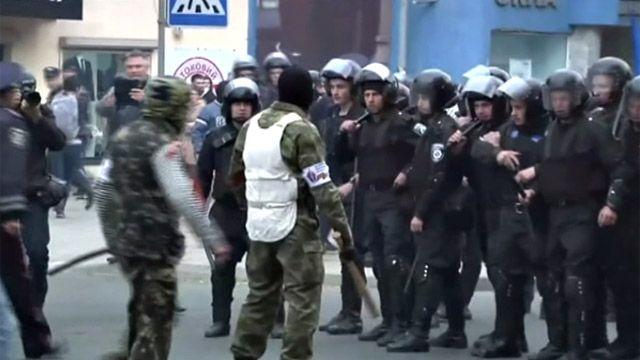 Про-российские активисты наступают на полицию, охранявшую акцию сторонников единства Украины в Донецке