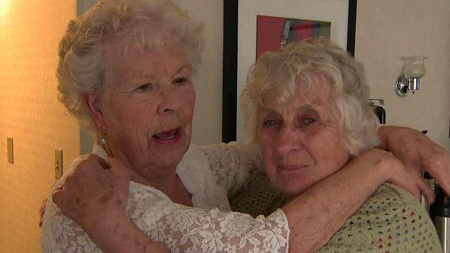 Momento del reencuentro entre dos hermanas