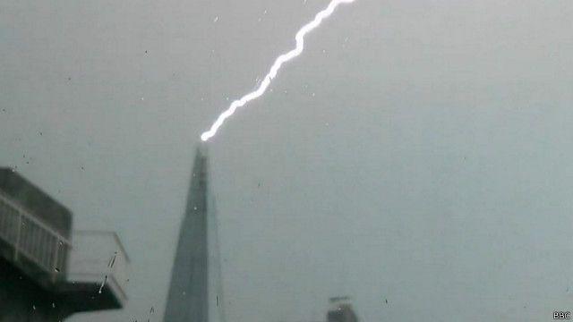 Un rayo golpea al Shard