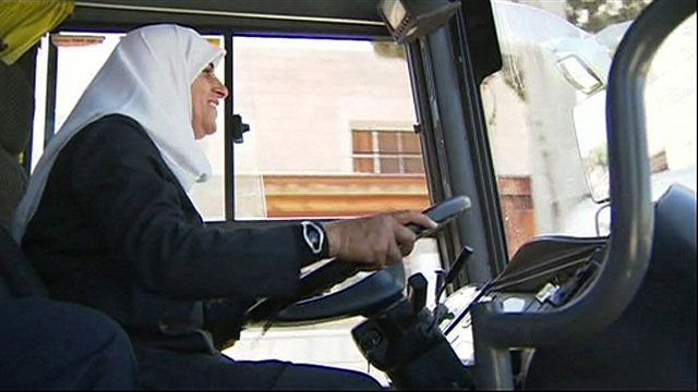 Najlaa Asia conduciendo un autobús en Palestina