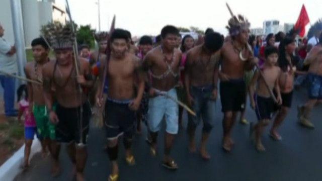 Индейцы с луками протестовали против футбола