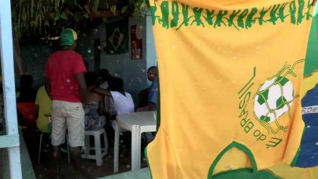 Camisa do Brasil seca em varal no Quilombo Mesquita, próximo de Brasília (Foto: BBC)