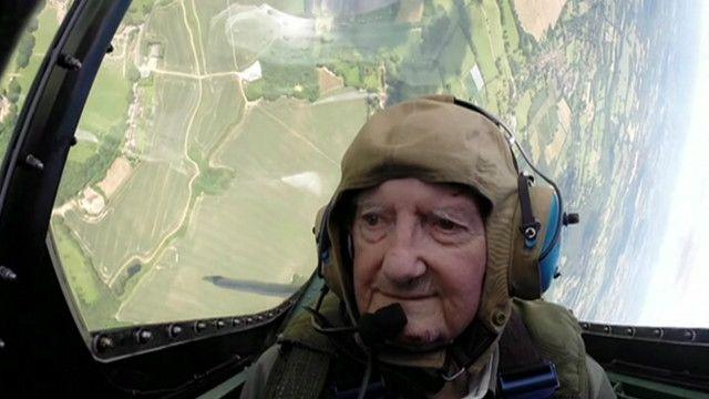 Britânico de 91 anos voa pela primeira vez em um Spitfire