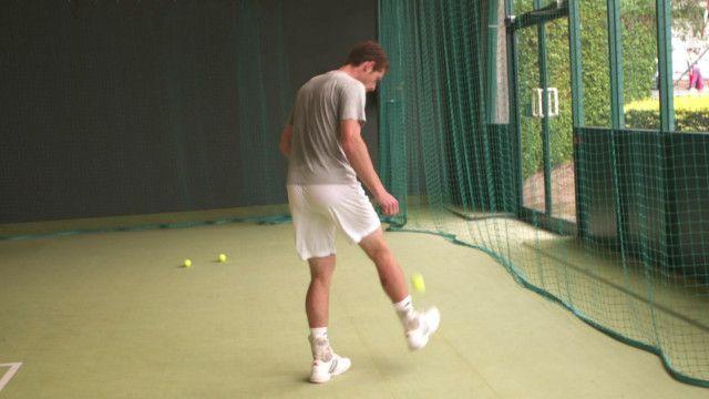 Andy Murray encara desafio de fazer embaixadinhas com uma bolinha de tênis | Crédito: BBC