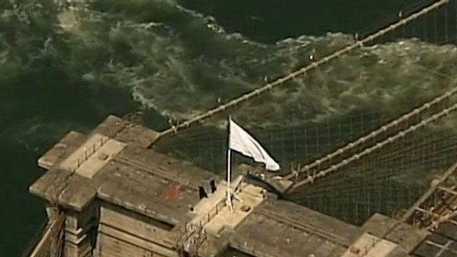 Polícia removeu bandeiras depois que foram vistas por operários de uma construção (BBC)