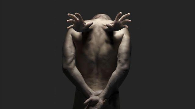 دست انسان در مجموعه ای از بابک حسینی