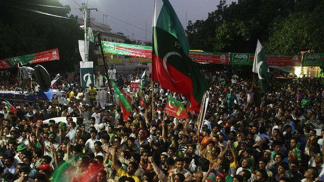 imran_khan_supporters_in_pakistan_