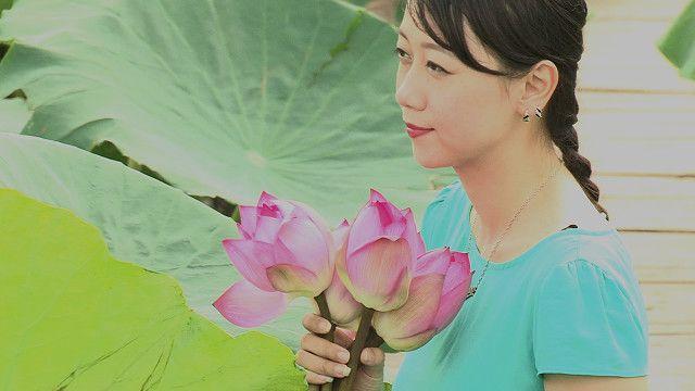 Cô gái và hoa sen