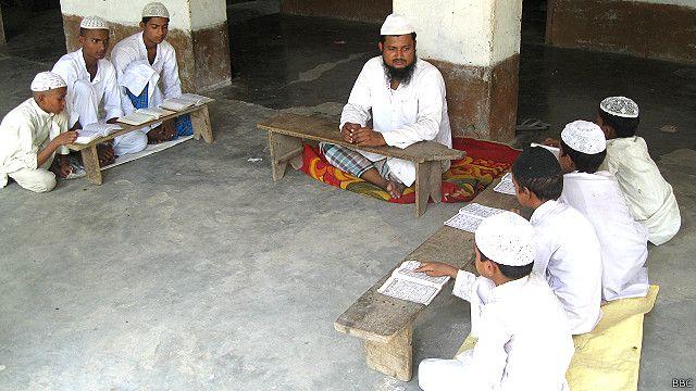 सरावा के मदरसे में पढ़ते बच्चे