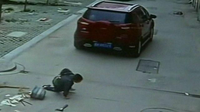 Menino atropelado na China