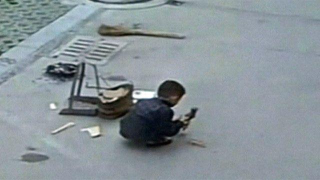 Niño en China jugando en la calle