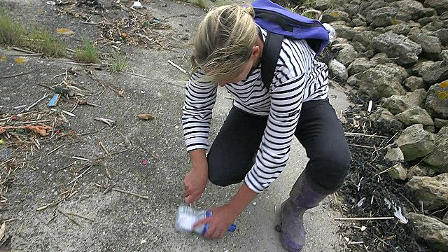 Nicola White đi tìm kiếm những lời nhắn nhủ được bỏ trong chai lọ thả trôi sông
