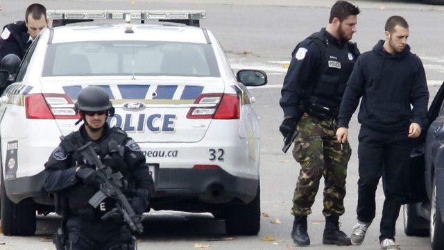 اوٹاوا حملے کے وقت ایک فوجی پارلیمنٹ کے باہر چوکس کھڑا ہے