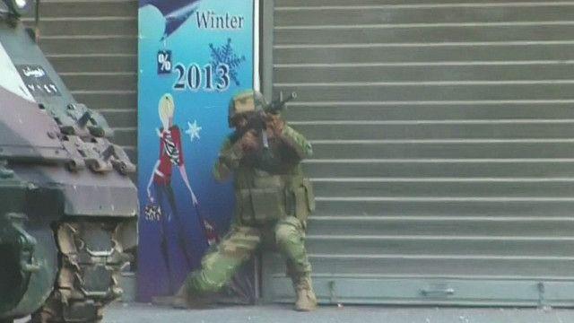 جندي بناني يصوب سلاحة