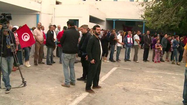 طابور من الناخبين ينتظر دوره للتصويت