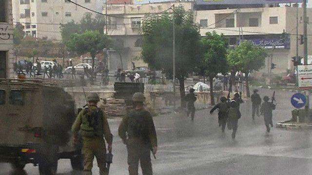 جنود اسرائيليون يلاحقون المتظاهرين الفلسطينيين