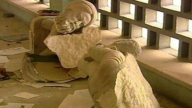 اثار محطمة في احدى المتاحف فب العراق