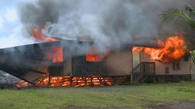 Вулканическая лава уничтожает жилой дом
