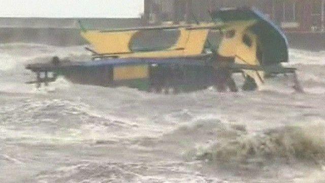 الاعصار يعصف بسفينة وسط المياه