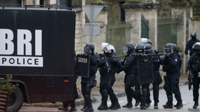 پیرس میں گھر گھر تلاشی جاری ہے