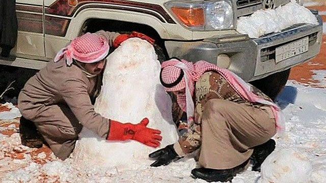 Жители Саудовской Аравии лепят снеговика