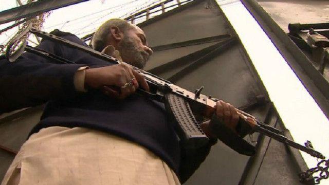Mang súng để bảo vệ trường học tại Pakistan