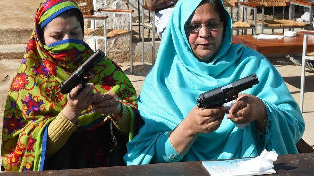 پشاور کے ایک سکول میں اساتذہ کو اسلحے کی تربیت دی جا رہی ہے