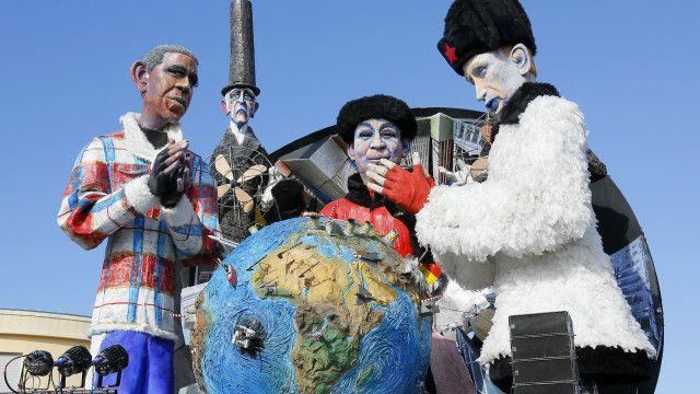 """Скульптурная группа """"Большое похолодание"""" на карнавале в Италии"""