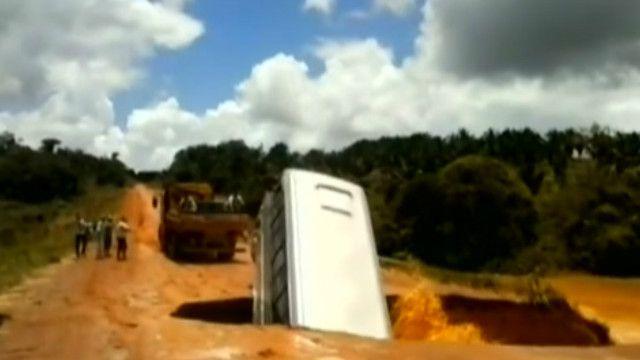 Xe buýt bị mặt đất nước chửng và cuốn trôi ngầm ra sông ở Brazil