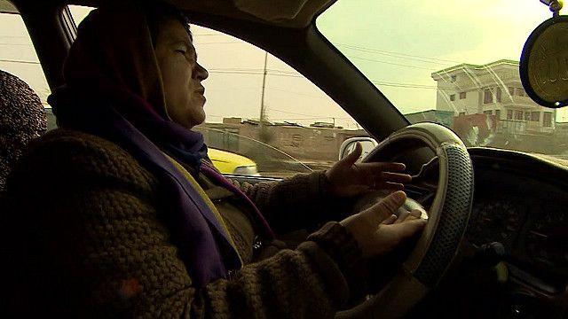 अफ़गान महिला टैक्सी ड्राइवर
