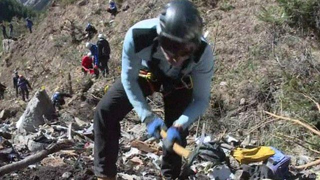 Integrante de equipe de resgate atuando na região francesa dos Alpes (BBC)