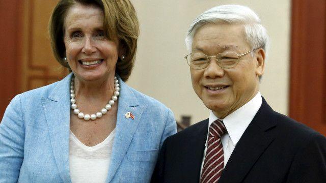 TBT Nguyễn Phú Trọng (phải)