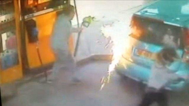 पेट्रोल पंप पर लगाई आग